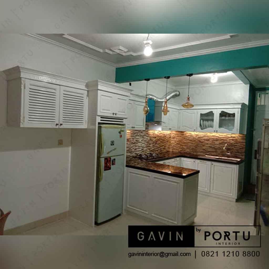 Kitchen set design klasik dengan minibar di jalan pahlawan kuningan